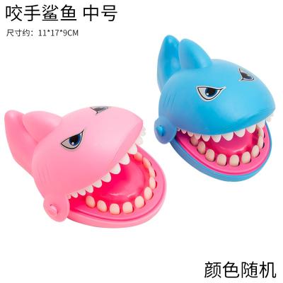咬手鱷魚牙齒咬手指鯊魚咬人解壓減壓神器抖音同款網紅兒童玩具 中號鯊魚(藍色粉色隨機發貨) 優惠價