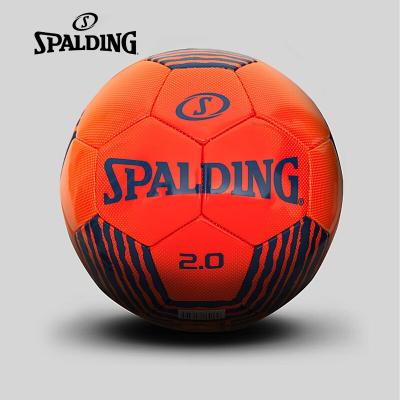 斯伯丁SPALDING足球64-952室外足球PVC材质机缝足球工艺聚酯衬垫亲红亮色时尚个性5号足球